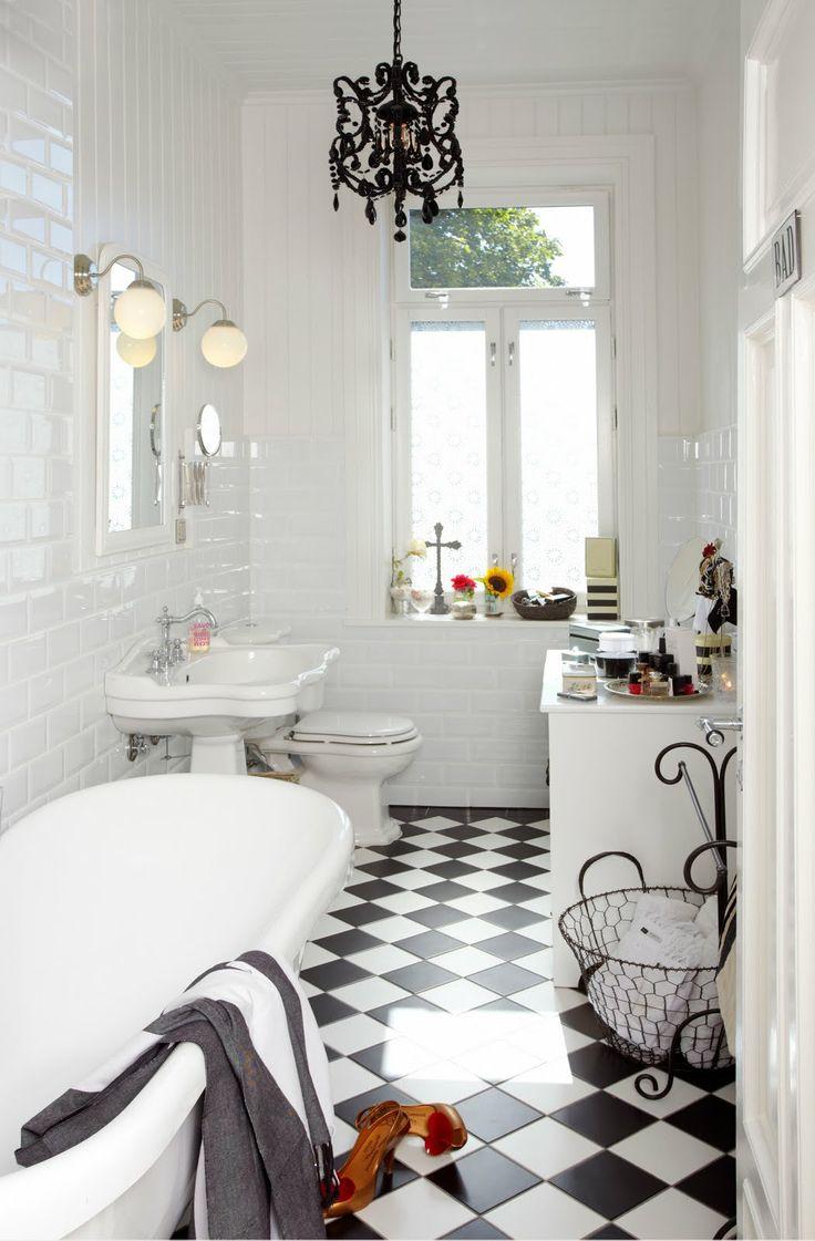 Изысканная черная люстра в ванной