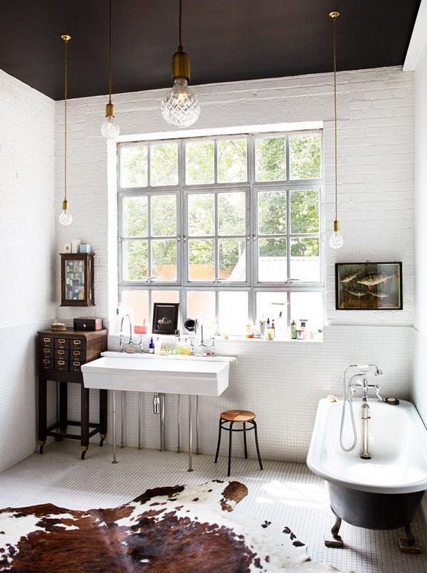 Фото 12 - Белые стены и черный потолок в ванной комнате