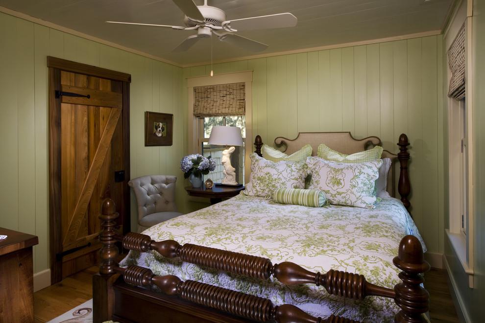Сочетание спокойных пастельных оттенков, цветочных и старинных аксессуаров является отличным вариантом оформление спальни в стиле кантри