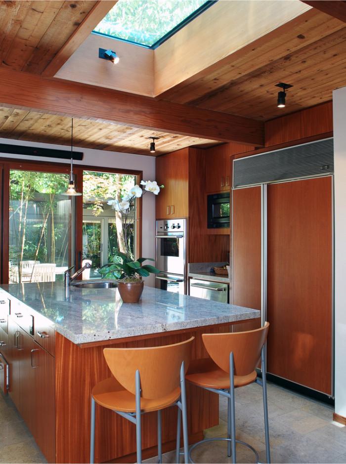 Декорируя потолок деревом, нужно опасаться массивных конструкций