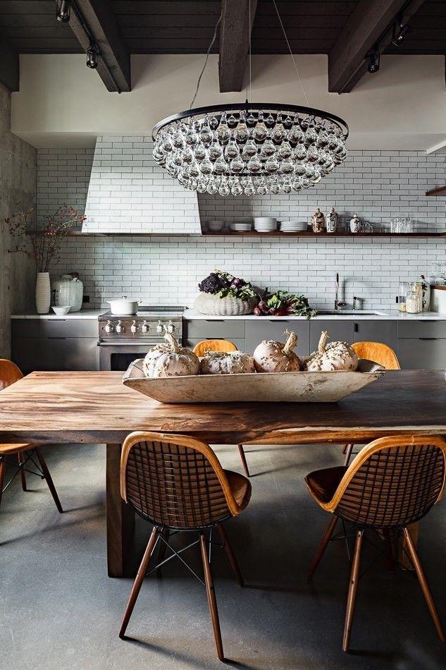 Фото 19 - Большая люстра в классическом стиле над обеденным столом