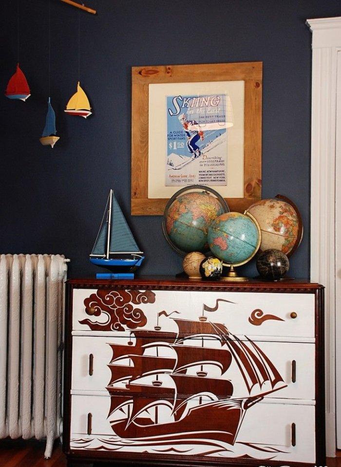 Расписной комод смотрится стильно не только в комнате маленьких детей, но может стать хорошим дополнением к интерьеру комнаты подростка