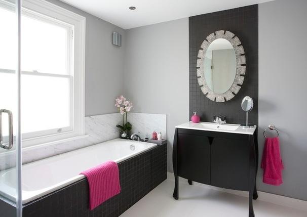 Фото 28 - Блестящий элемент декора черно-белой ванной - зеркало в серебренной рамке