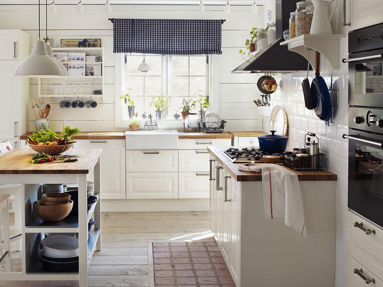Белая кухня в стиле кантри с дворецкой раковиной - отличная идея для вашей кухни