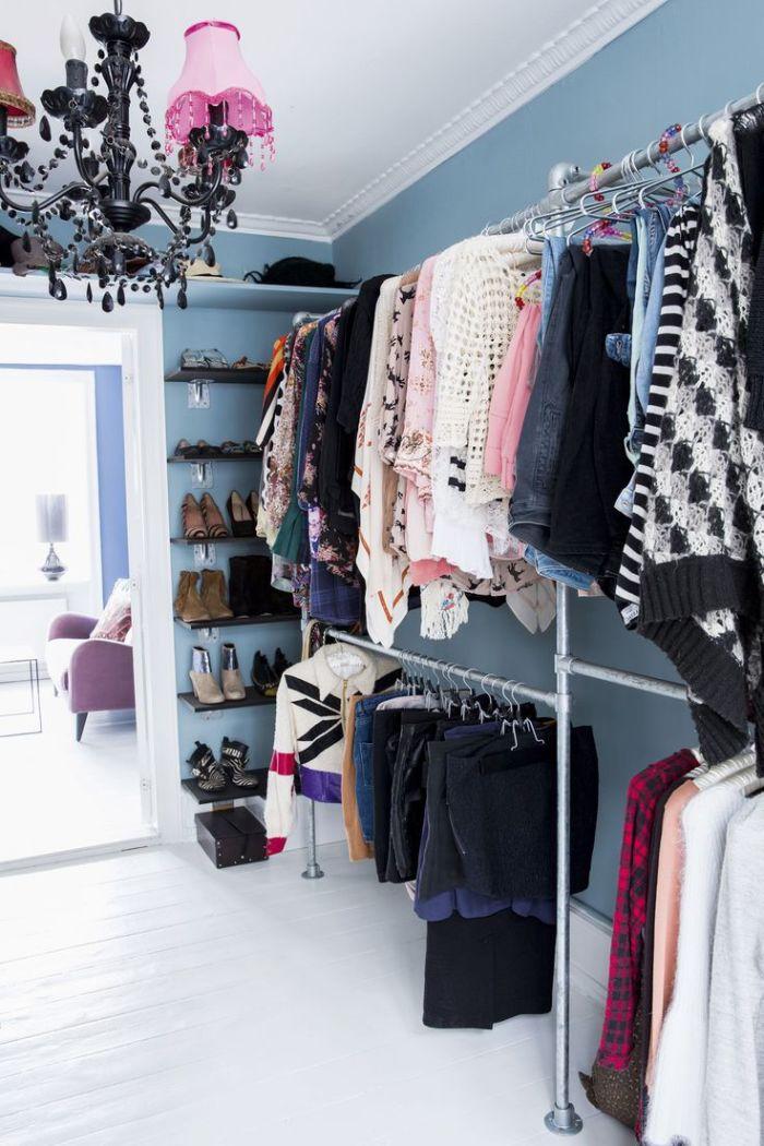 Штанга-вешалка - самый простой способ обустройства гардеробной