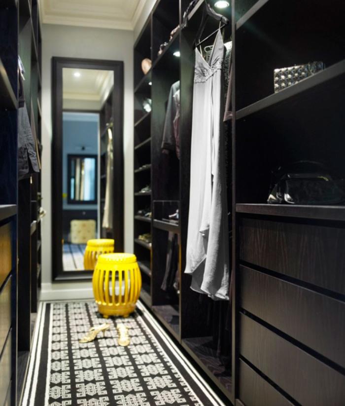 Контрастная мебель в гардеробной поможет зонировать пространство