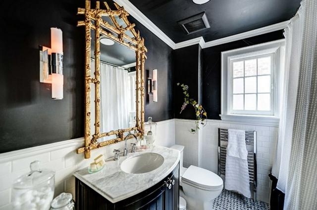 Фото 5 - Зеркало золотого цвета выгодно смотрится в черно-белой ванной