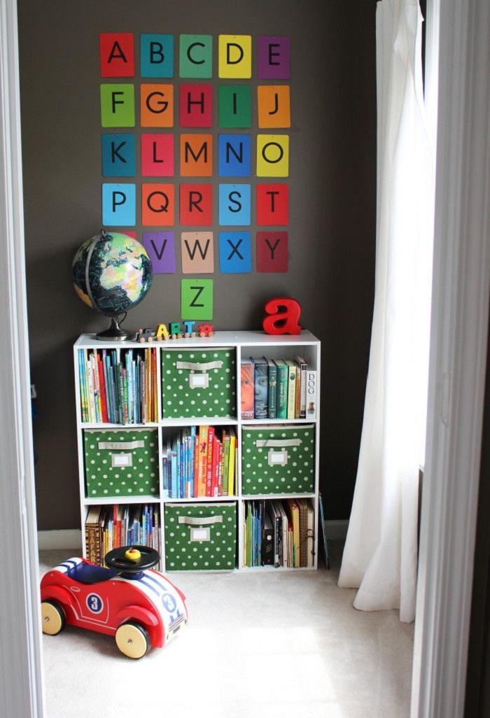 Оформляя шкаф или комод, помните, что ребенку должно быть интересно не только брать оттуда свои игрушки, но и складывать их
