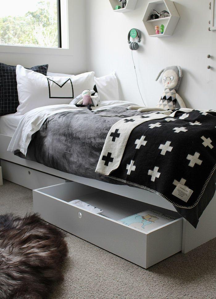 Черно-белая гамма в оформлении детской и мебели будет уместна даже, когда ребенок подрастет