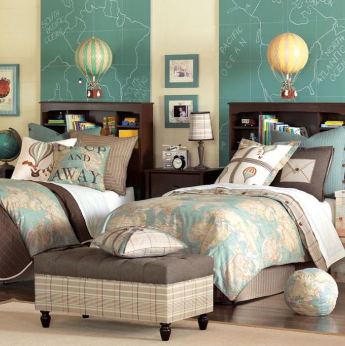 Если в детской будут проживать два ребенка, лучше всего приобрести одинаковые кровати, добавив индивидуальности с помощью текстиля