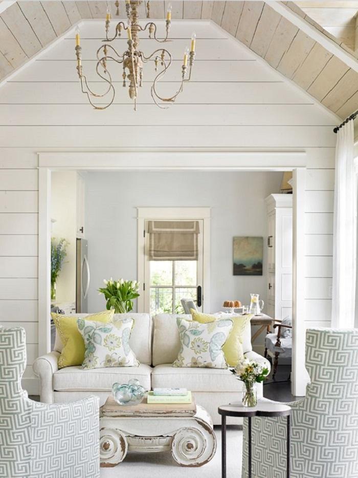 Деревянные стены и потолок добавят помещению простоту и непринужденность