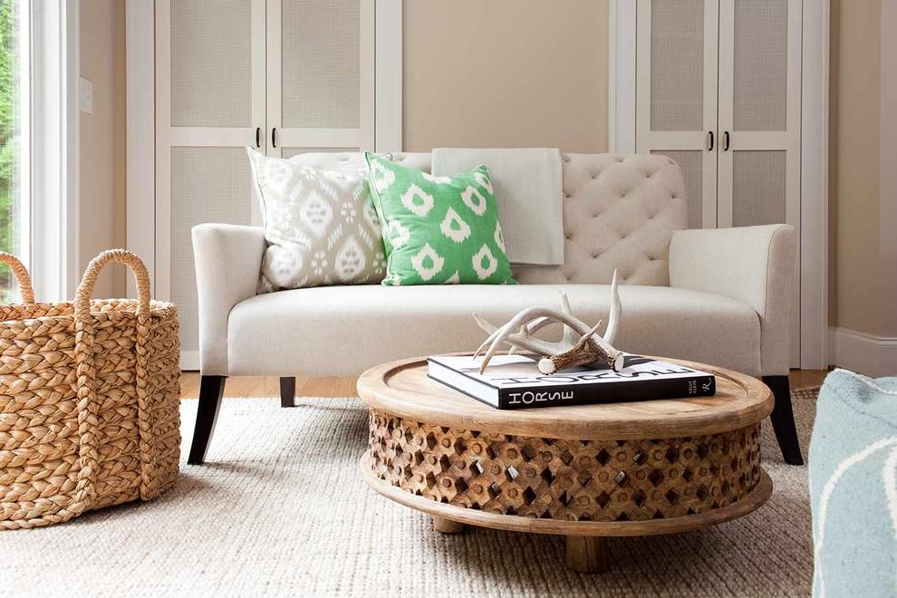 Простой журнальный стол из необработанного светлого дерева, украшенный резьбой.