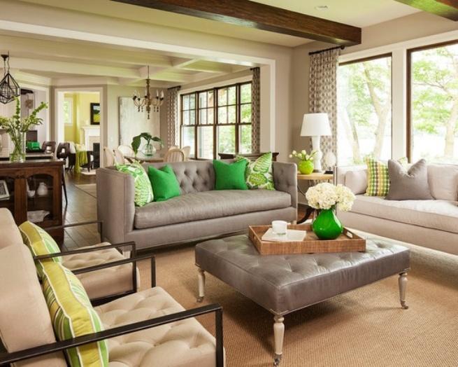Пастельная гостиная с сочными зелеными акцентами