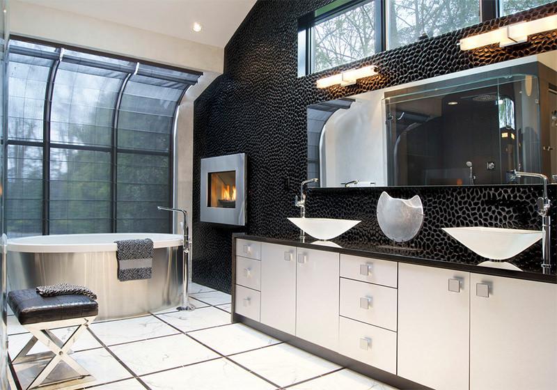 Фото 1 - Сочетание белой плитки на полу и стены с черными декоративными камнями