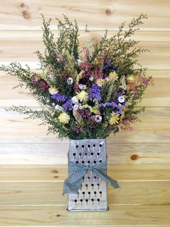 Идеальной емкостью для живых цветов может стать кухонная посуда