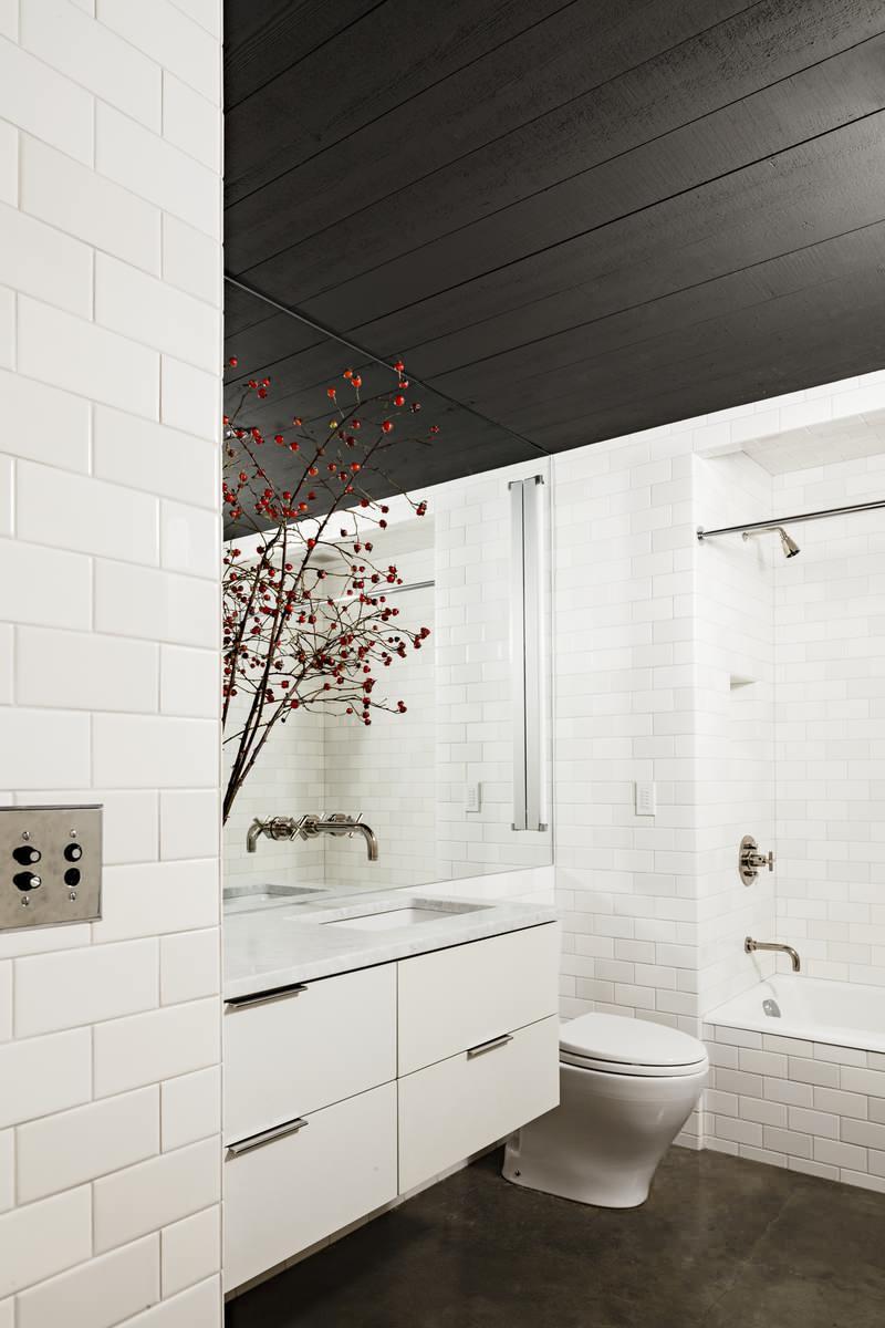 Фото 23 - Удачное сочетание черного потолка и белых стен в виде кирпичной кладки