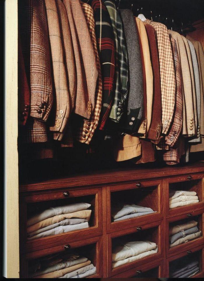 Гардеробная комната требует постоянного ухода и уборки. Пыль здесь скапливается не меньше, чем в любых других комнатах