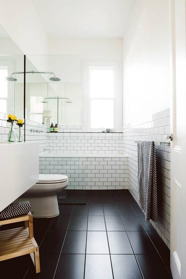 Фото 14 - Визуальное увеличение ванной за счет белых стен, белого потолка и черного пола
