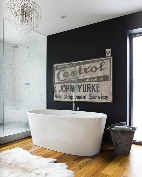 Фото 22 - Изящная белизна ванны на фоне глубокой черной стены
