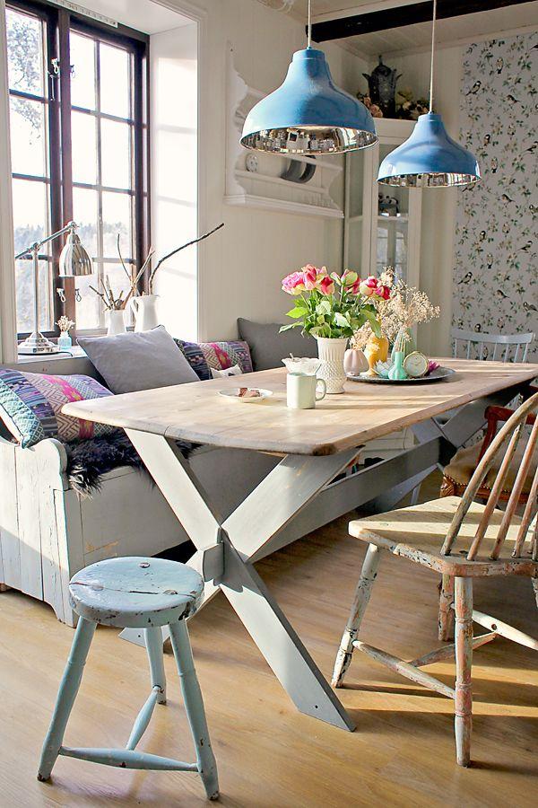 Фото 17 - Низко свисающие над обеденным столом светильники создают атмосферу камерности и уюта