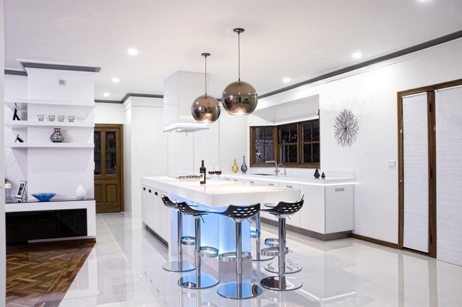 Фото 3 - Стильные светильники серебряного цвета прекрасно сочетаются в белой кухне