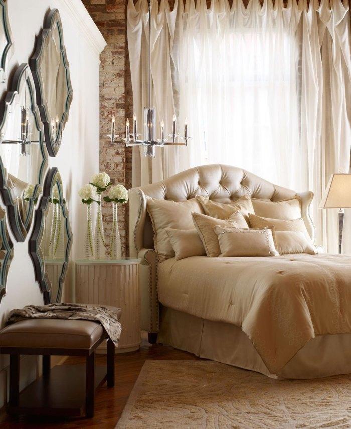 Зеркала в спальне арт-деко больше выполняют декоративную функцию