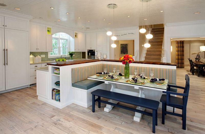 Кухонный стол вынесен за пределы кухни и ограничен барной стойкой