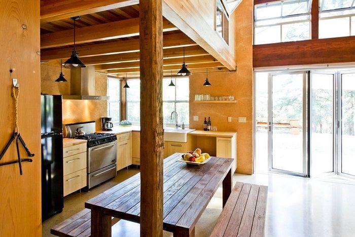 Аккуратно добавьте грубое необработанное дерево, массивный деревянный стол - и Ваша кухня станет намного ближе к природе