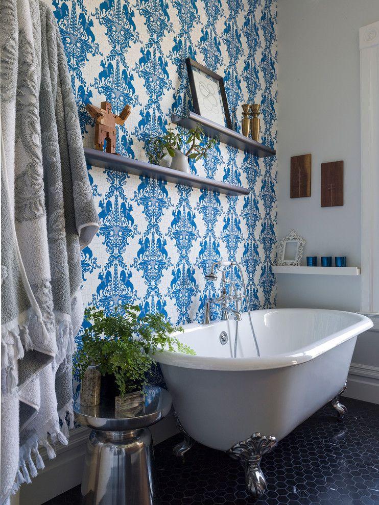 Голубой цвет обоев поможет многократно усилить ощущение чистоты в ванной