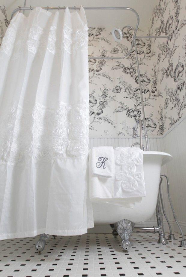 Аккуратный рисунок на светлых обоях позволит не только отвоевать пространство, но и задаст нужное Вам настроение ванной комнаты