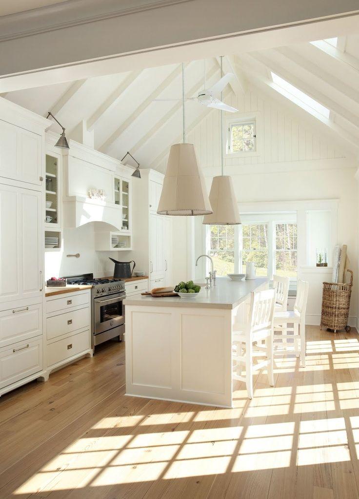 Обилие света делает кухню более просторной и теплой