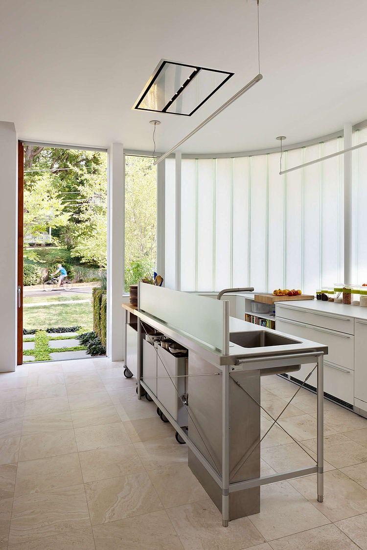 Кухонный стол отлично справляется с задачей разграничения пространства