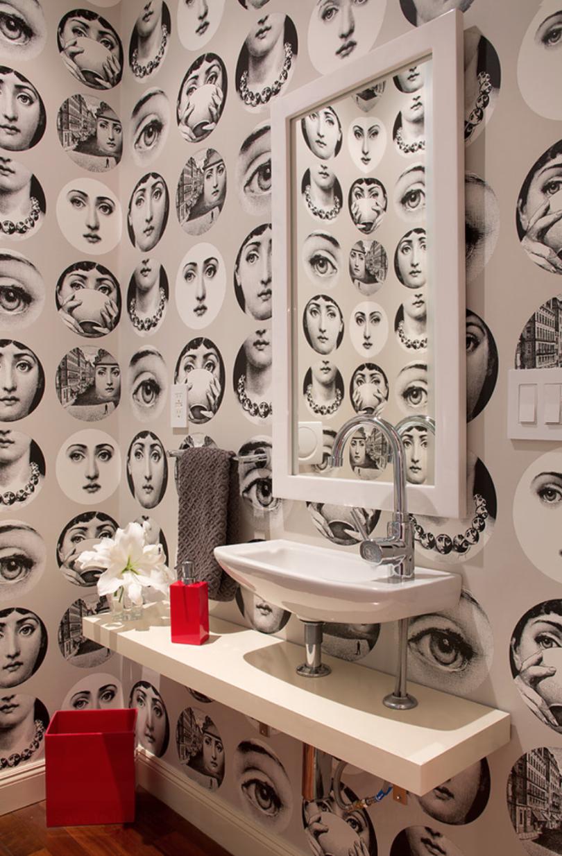Отделка стен ванной комнаты обоями дает возможность экспериментировать относительно часто, во всяко случае, по сравнению с кафелем