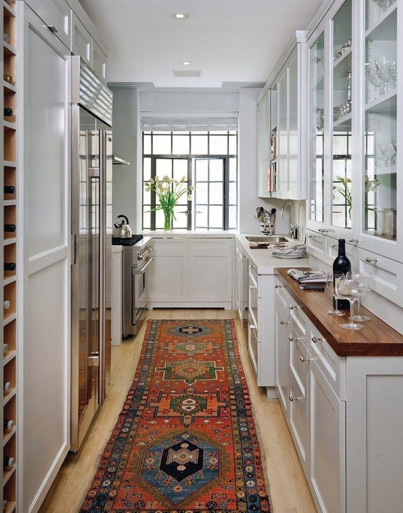 """Мебель на вытянутой кухне расположена в форме буквы """"П"""""""
