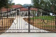 Фото 3 Кованые ворота с калиткой (35 фото): плюсы и минусы, особенности установки