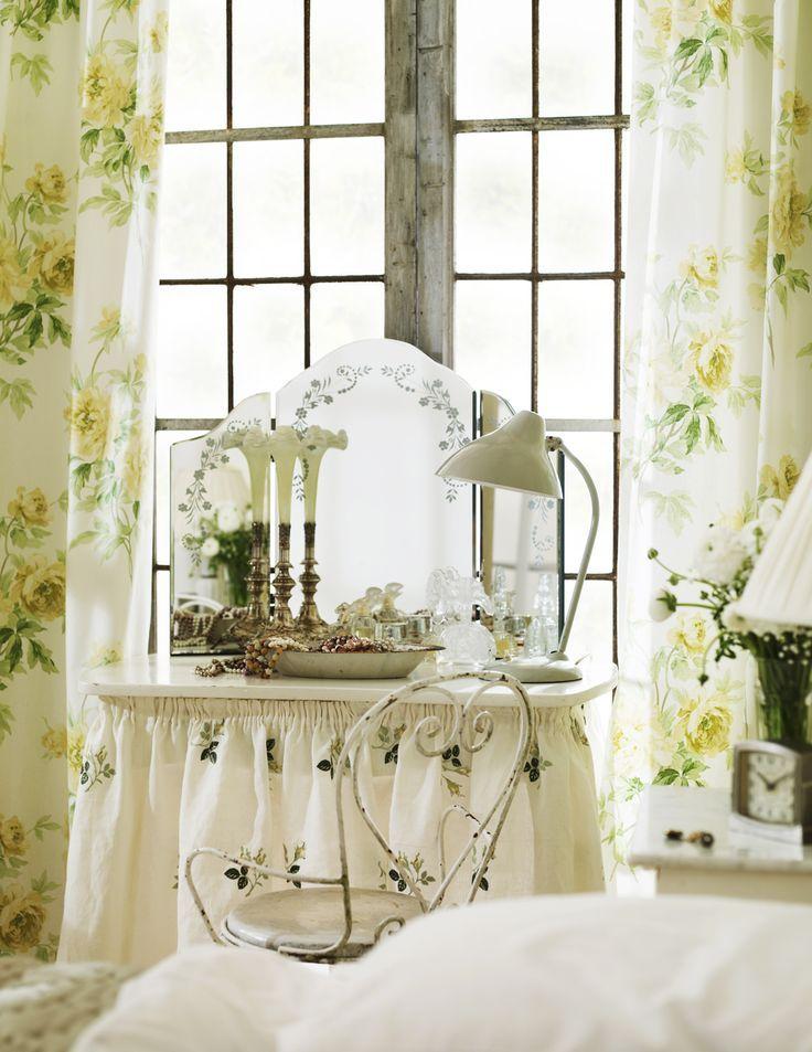 Изящный трельяж с нежным узором на зеркалах идеально подойдет к интерьеру прованс