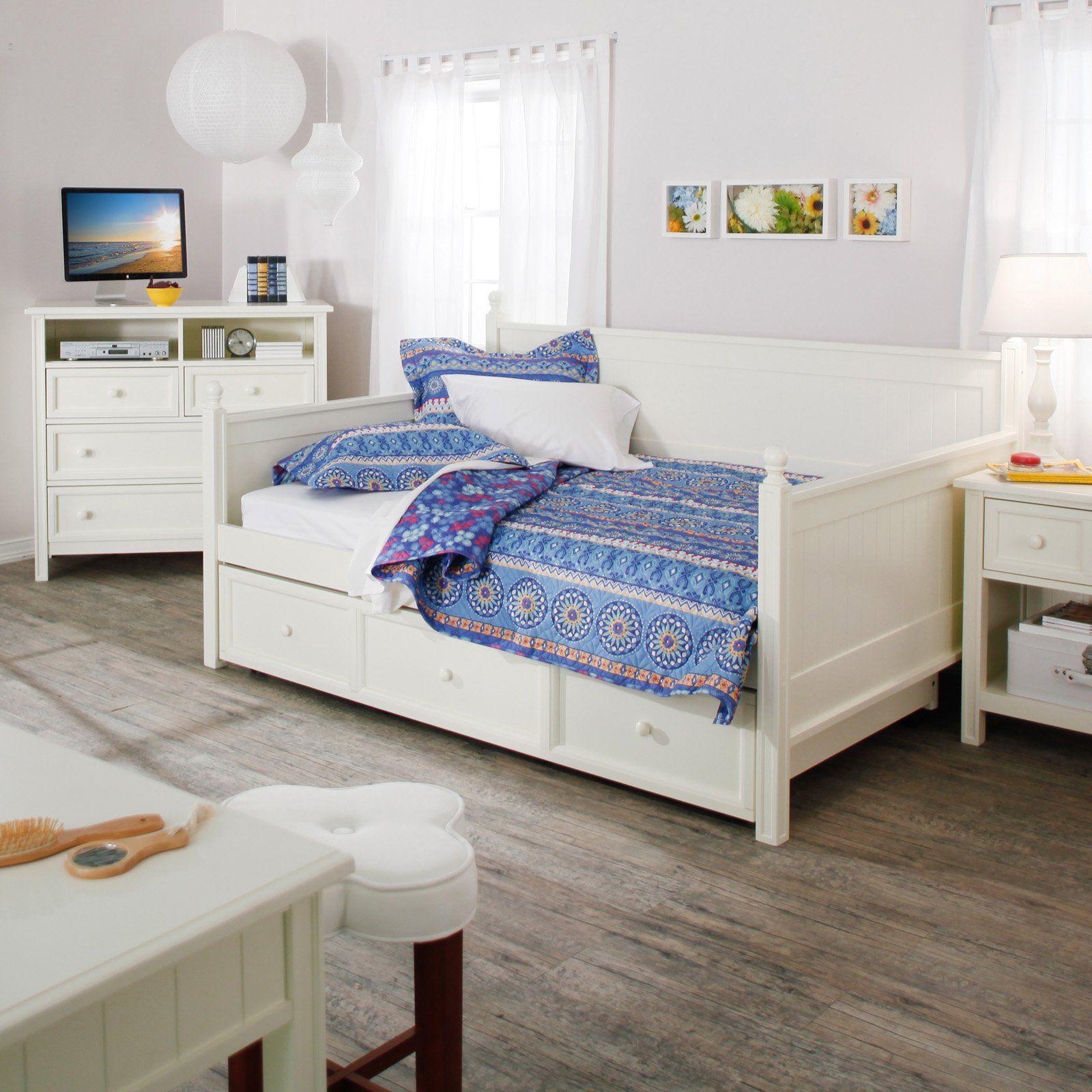 Выдвижная кровать и другая мебель в детской выполнены в едином стиле