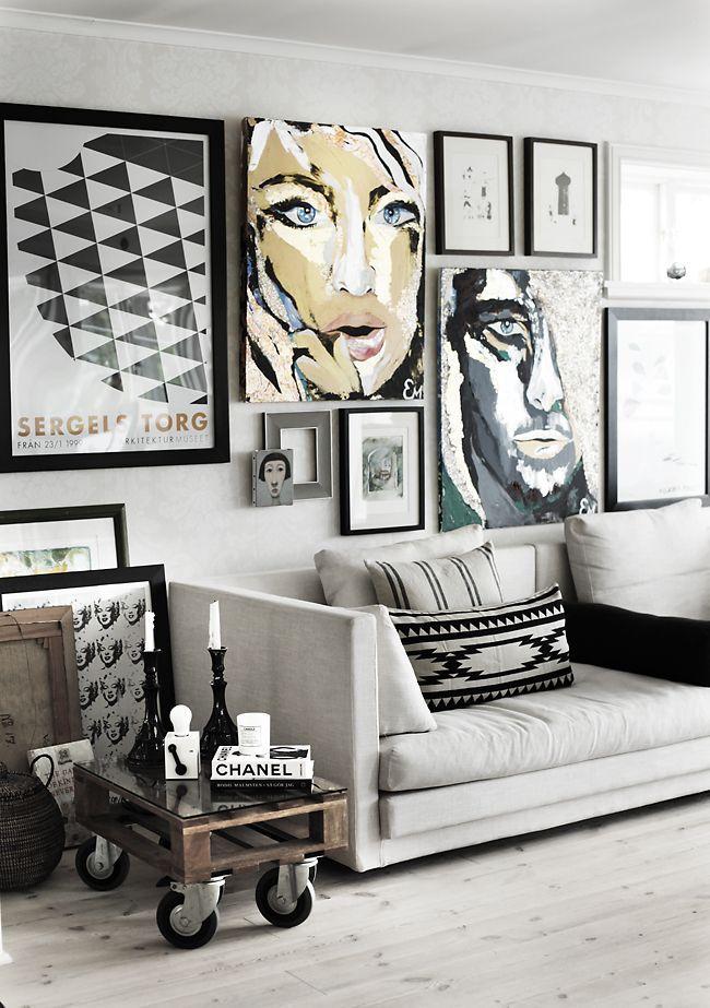 Черно-белые и цветные фото на стене в гостиной
