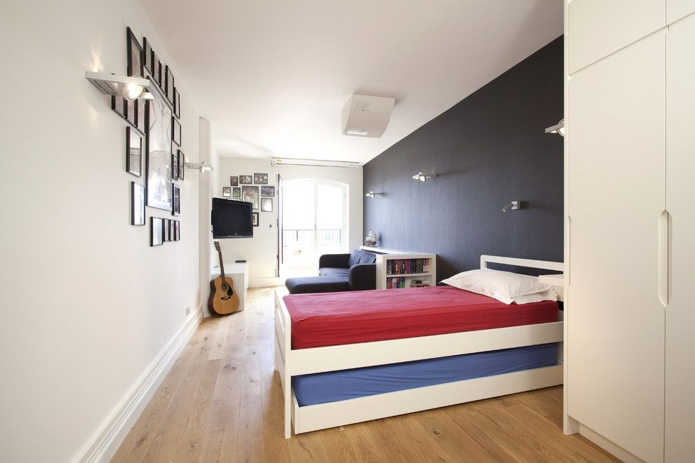 Нижняя часть выдвижной кровати не привязана к верхней, и может выдвигаться в любую сторону