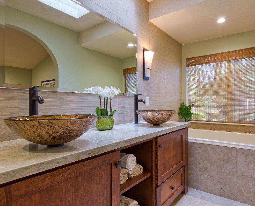 Светлая подвесная конструкция на потолке с точечными светильниками делает завершенным и совершенным интерьер ванной комнаты