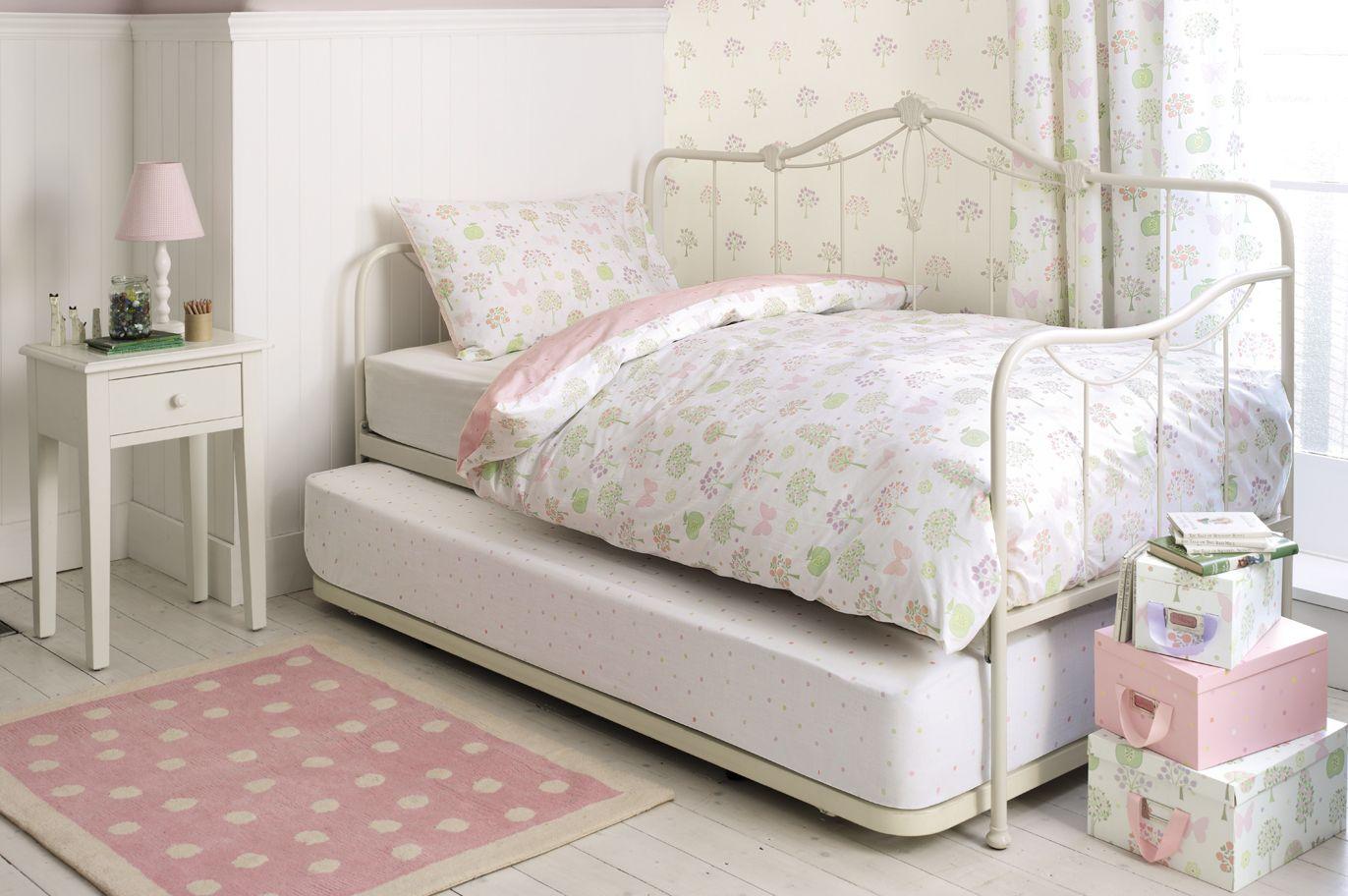 Нижний ярус кровати находится практически на полу, поэтому на него целесообразно постелить высокий теплый матрац