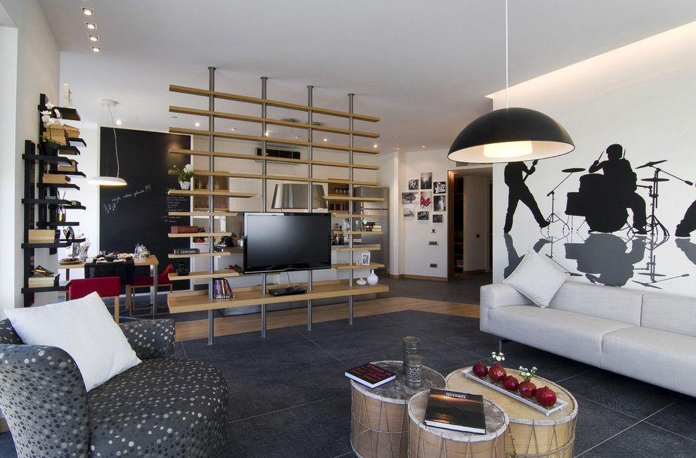 При больших габаритах стеллаж необходимо обязательно зафиксировать в потолок специальными распорками.