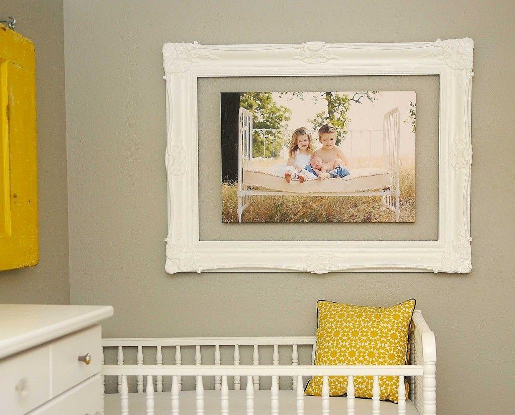Рамка и фото висят отдельно друг от друга, но составляют единую композицию