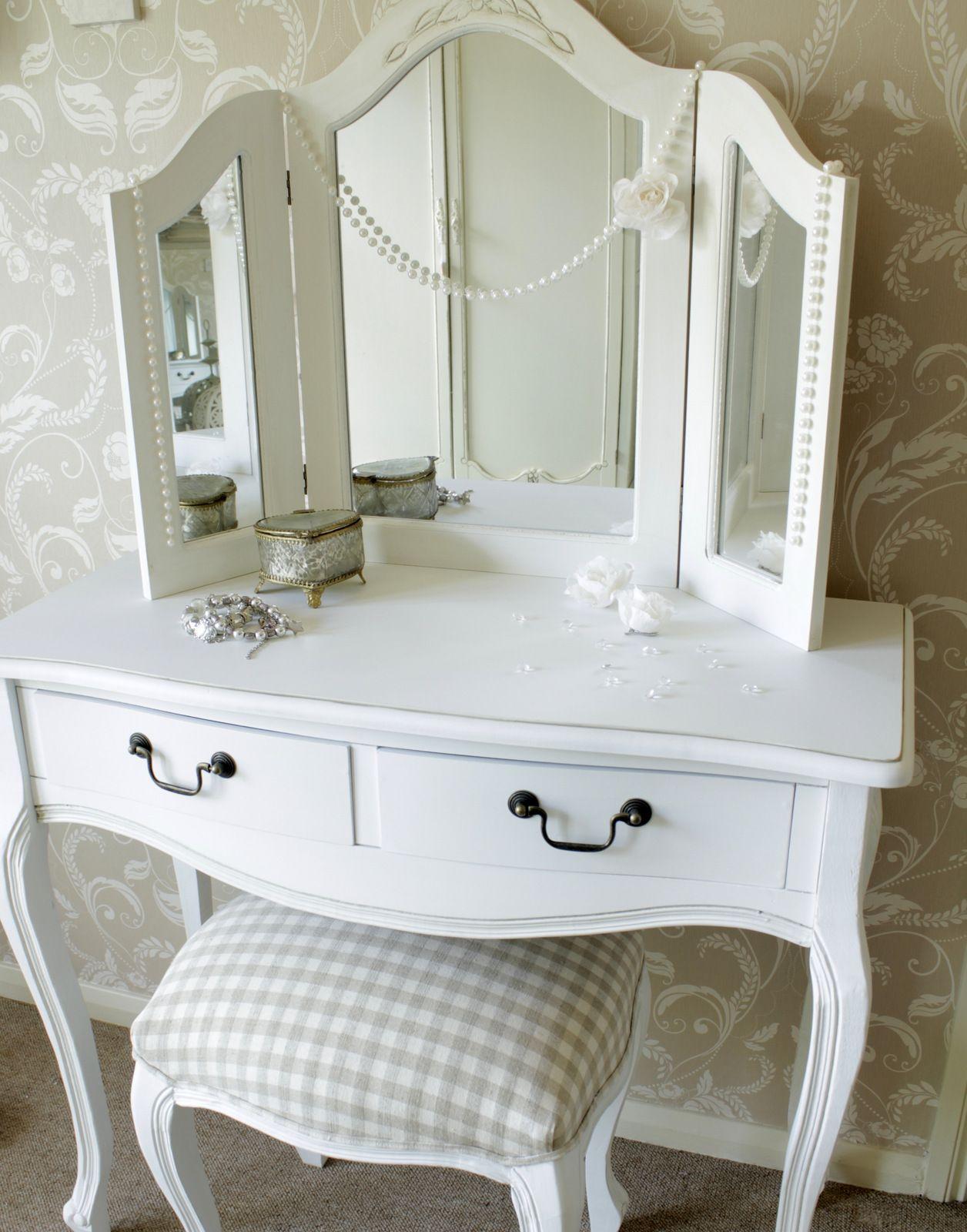 Изысканный белоснежный столик