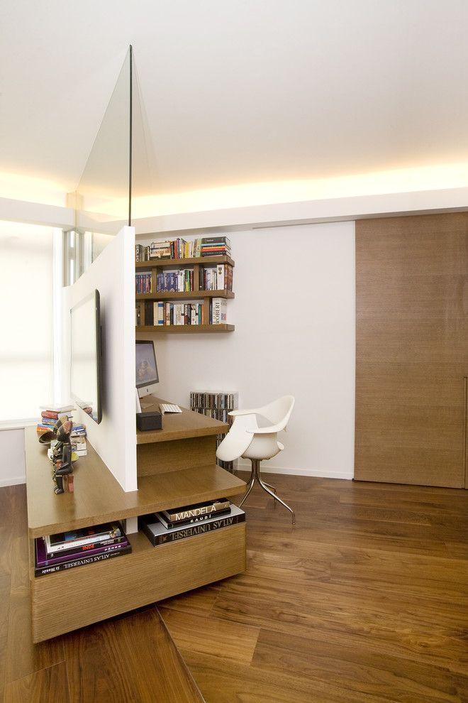 В гостиной с помощью стеллажа можно отделить зону отдыха или выделить рабочий кабинет