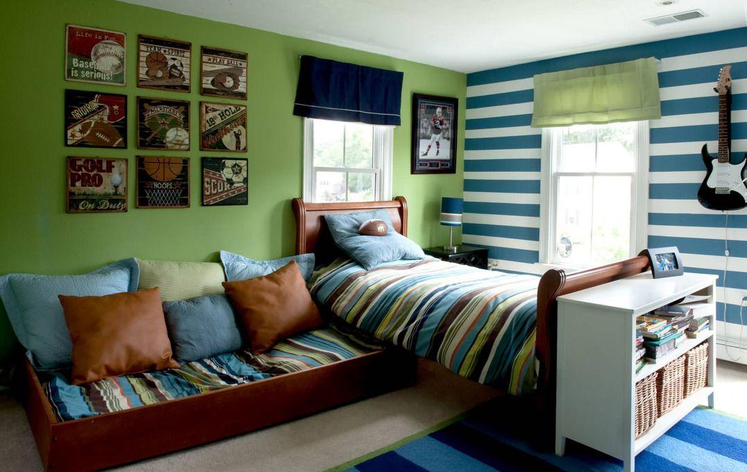 Нижнее спальное место можно расположить в любой части комнаты