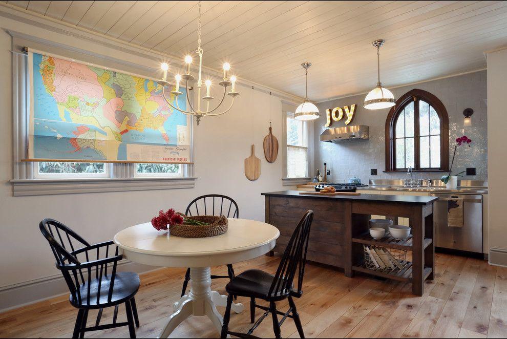 В открытом состоянии – это полноценная оконная портьера, которая как позволяет эффективно защитить комнату от проникновения солнечных лучей, так и выступает в роли отдельного декоративного элемента