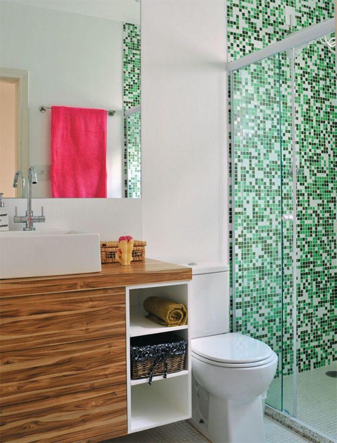 Мелкая мозаика сочного зеленого цвета в оформлении санузла