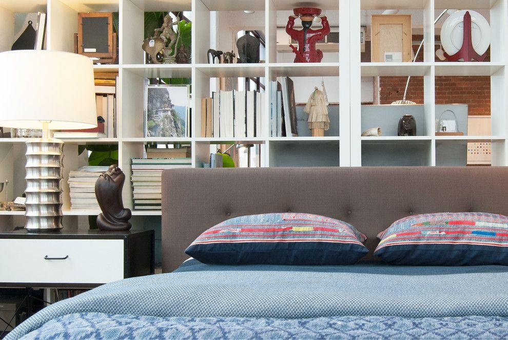 Стеллаж может удачно компенсировать отсутствие ниши для кровати