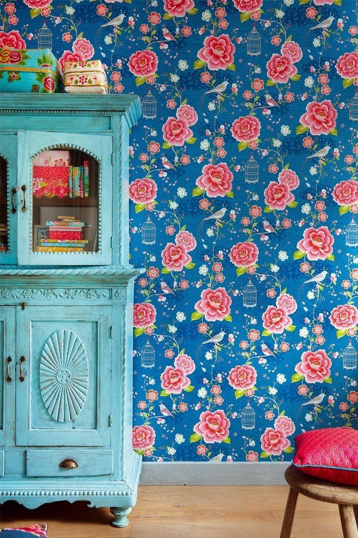 Яркие обои для детской комнаты девочки с цветочным принтом